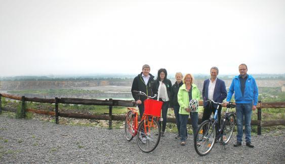 Radfahrergruppe vor Steinbruch
