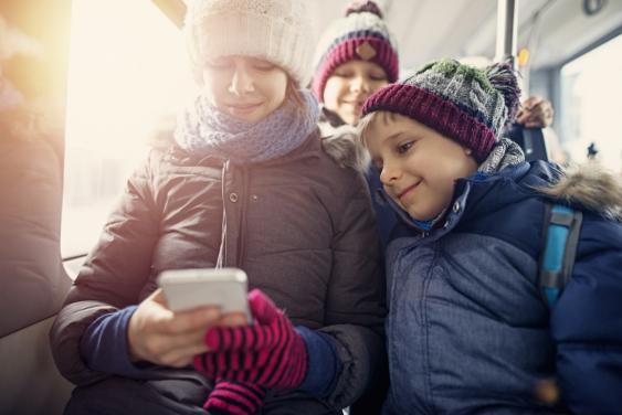 Kinder mit Smartphone beim Videoschauen