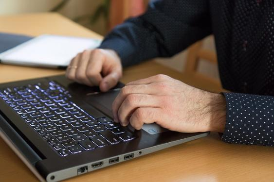 Arbeit am Laptop