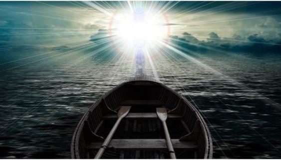 Ruderboot im Gegenlicht