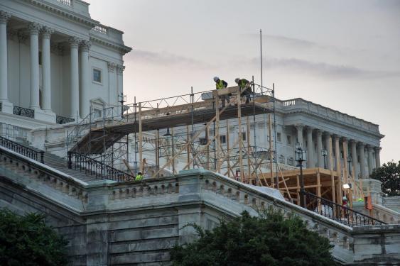 Bau einer Tribüne vor dem Kapitol