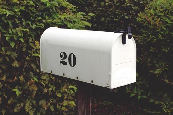 Briefkasten am Straßenrand