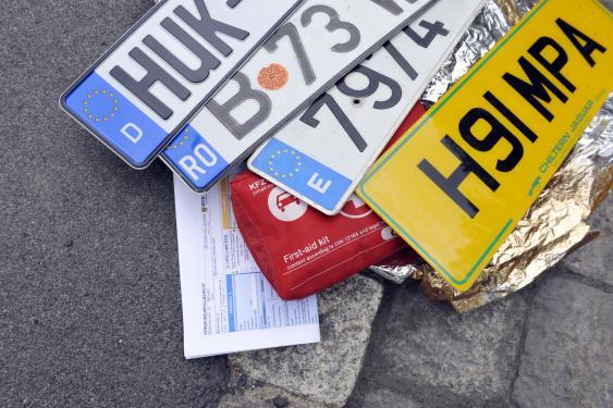 Nummernschilder, Erst-Hilfe-Set, Unfallprotokoll