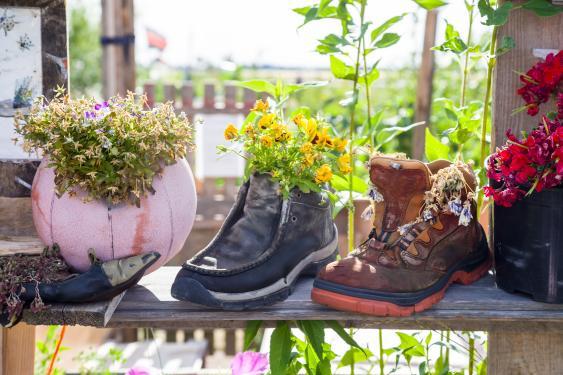 Alte Schuhe als Blumentöpfe