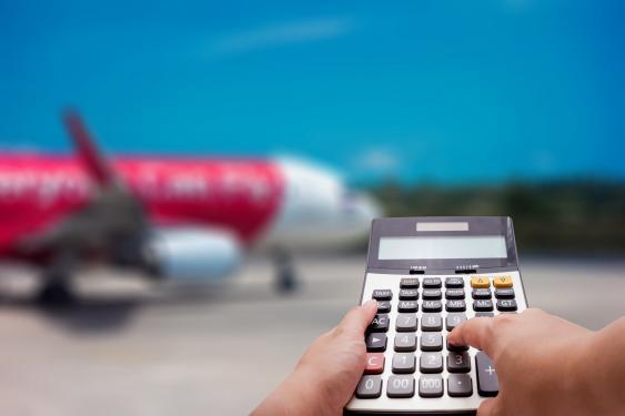 Taschenrechner vor dem Hintergrund eines Flugfeldes