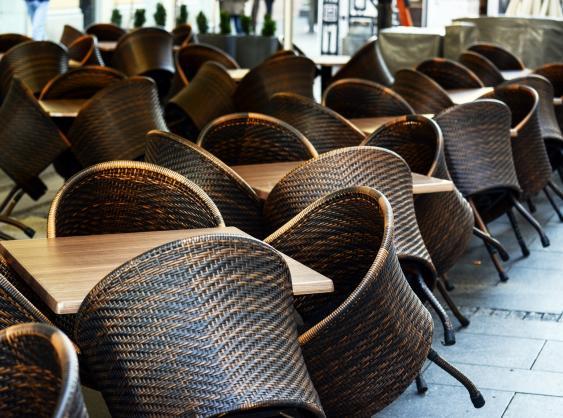 Hochgestellte Stühle in einem Restaurant