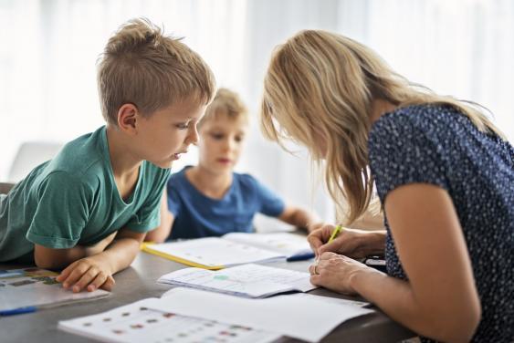 Mutter hilft Söhnen bei den Hausaufgaben