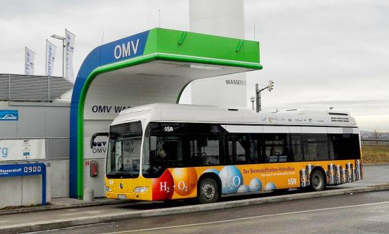 ercedes-Benz Citaro FuelCELL-Hybrid beim Tanken an der OVM Tankstelle am Stuttgarter Flughafen