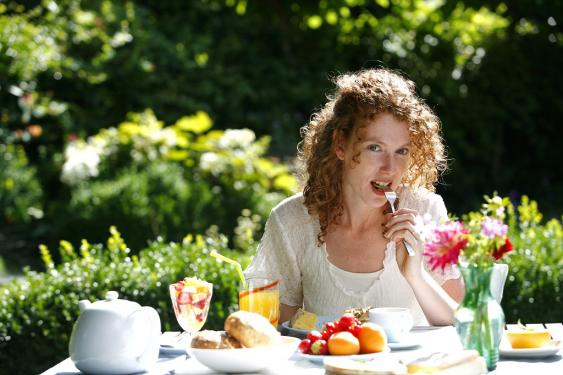 Frau beim Frühstück