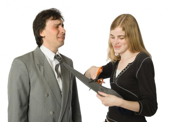 Frau schneidet Mann die Krawatte ab