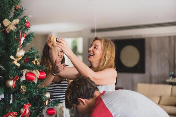Familiäres Weihnachtsbaumschmücken