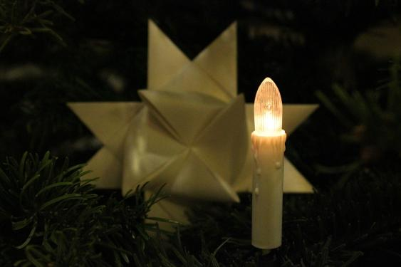 Elektrische Kerze an Weihnachtsbaum