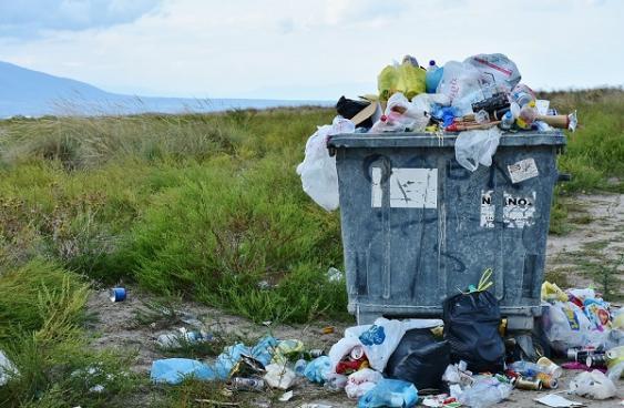 Überquellender Müllcontainer