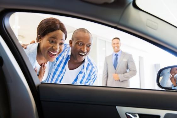 Junges Paar beim Autokauf