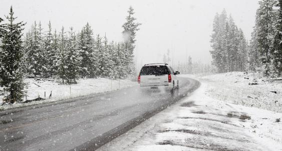 SUV auf verschneiter Fahrbahn