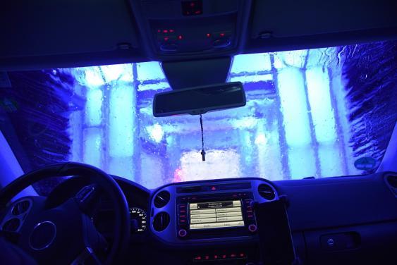 Blick aus Autokabine in einer Waschstraße