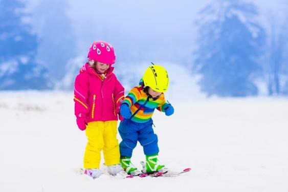 Kleinkinder auf Skiern