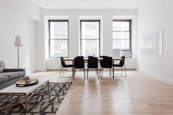 Helles Wohnzimmer mit Sitzgruppe um einen Tisch