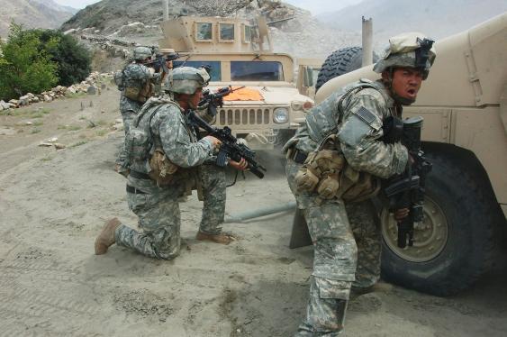Soldaten der U.S. Army im Gefecht mit Kämpfern der Taliban nahe der Ortschaft Allah Say in der Provinz Parwan, 2007