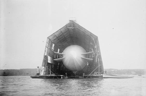 Zeppelinhalle auf dem Bodensee