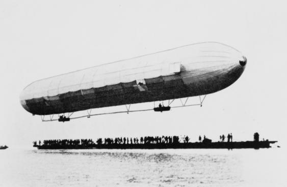 Luftschiff LZ1 in Ufernähe über dem Bodensee