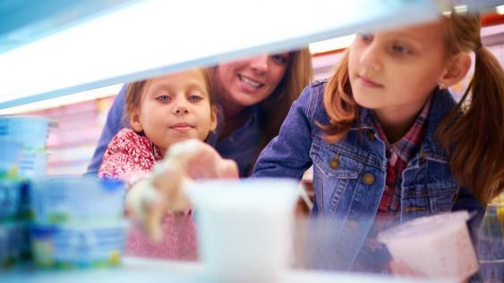 Kinder am Kühlregal