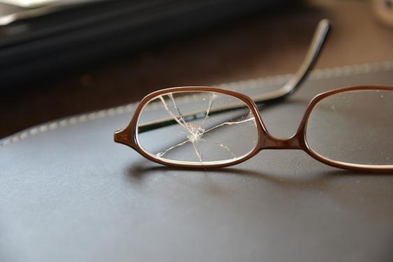 Brille mit kaputtem Glas