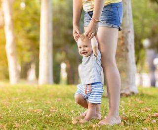 Kleinkind beim Laufenlernen