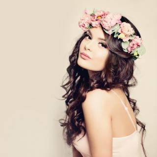 Frau mit Blumengirlande
