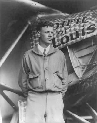 Charles Lindbergh vor der Spirit of St. Louis (1927)