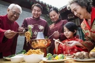 Chinesische Familie beim Essen