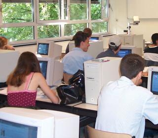 Klassenzimmer mit Schülern am Computer