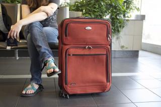 Wartende Reisende mit Gepäck