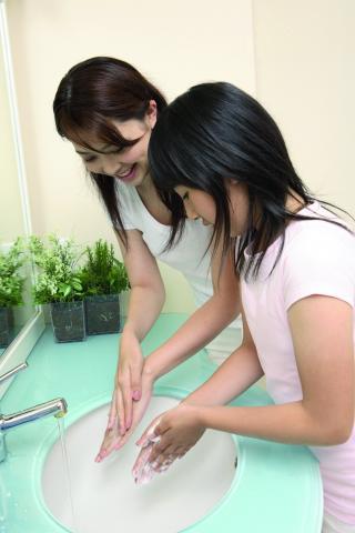 Junge Frauen beim Händewaschen