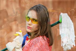 Frau mit Reinigungsutensilien