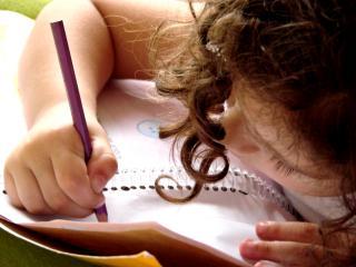 Schreibendes Mädchen mit Kladde