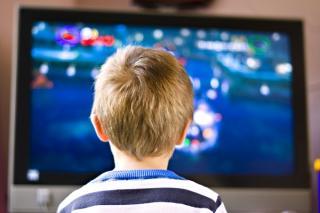 Rückenansicht von Kind vor Fernseher