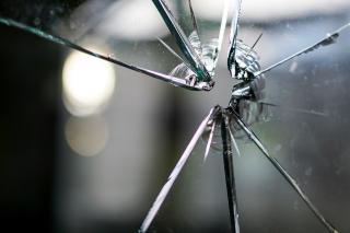 Zersprungene Fensterscheibe