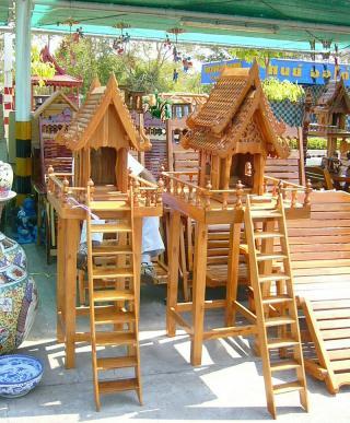 Einfache Geisterhäuser in thailändischem Baumarkt