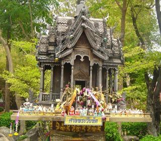 Aufwendig geschnitztes Geisterhaus in Tak, Thailand