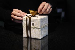 Geschenkpaket mit Zierschleife