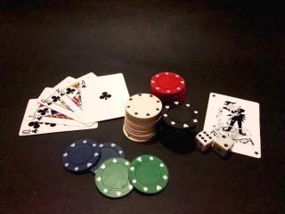 Spilekarten und -chips