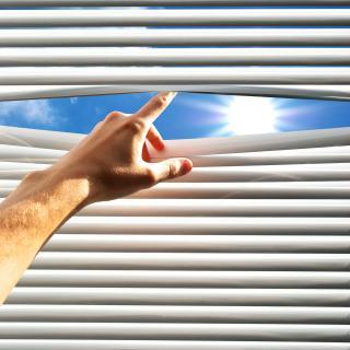 Geschlossene Fensterjalousie
