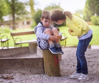 Kleinkinderpaar auf einem Spielplatz