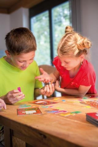 Spielende Kinder (Junge und Mädchen)