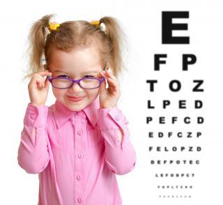 Mädchen mit Brille und Sehtestplakat
