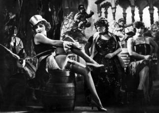 """Szene aus """"Der Blaue Engel"""" mit Marlene Dietrich, gedreht 1930."""