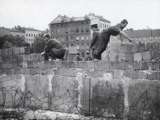 Mauerbau 1961: Die Mauer bestand zunächst aus Hohlblocksteinen, später wurden Betonplatten verwendet.