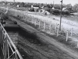"""Stacheldraht als erste """"Mauer"""": Im Jahr 1961 bestand die Berliner Mauer zunächst weitgehend aus Zäunen."""
