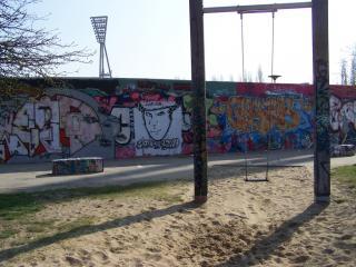 Bunt bemalte Mauer am Mauerpark in Berlin.